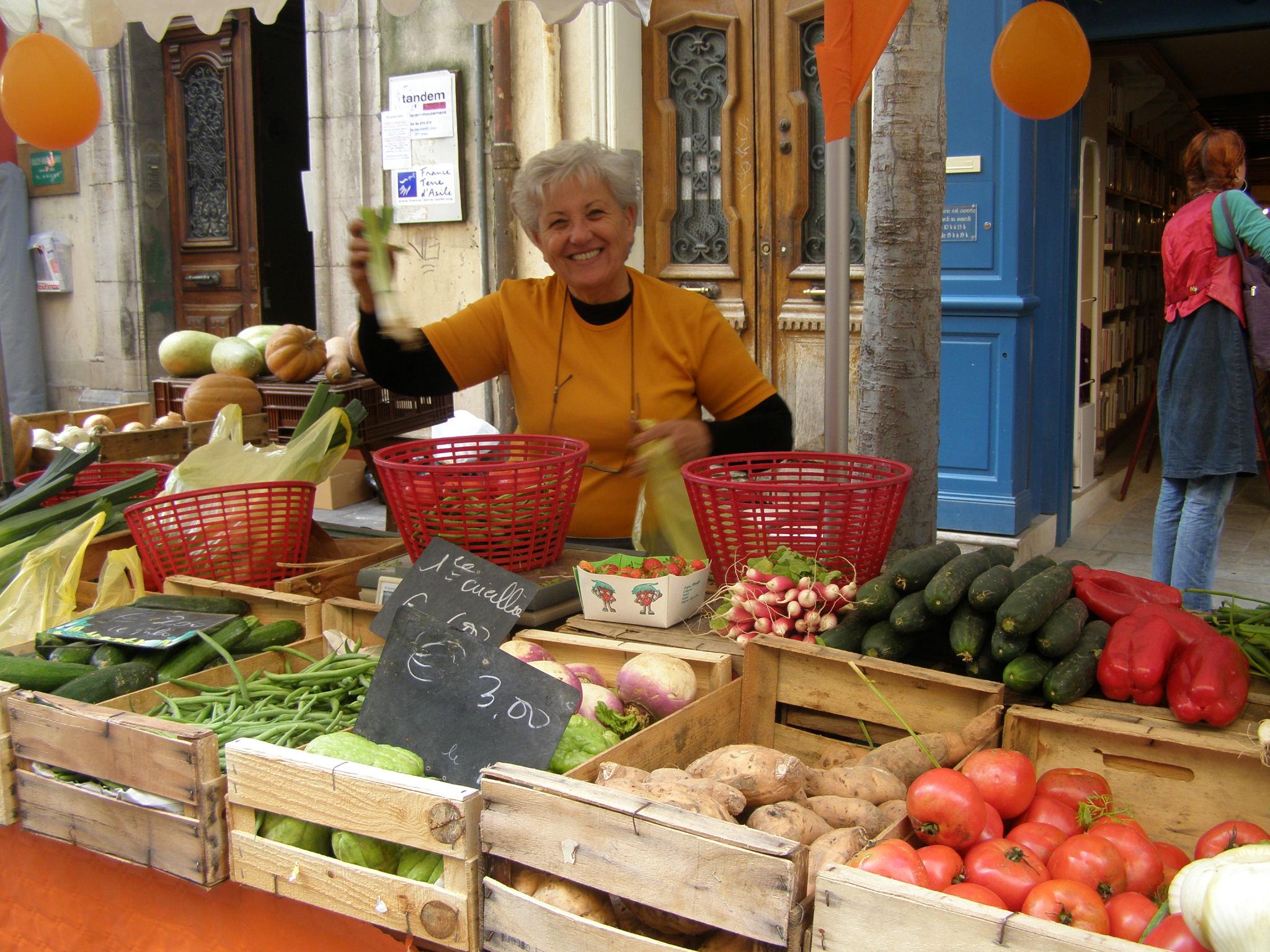 vendeuse de légumes sur marché MPP
